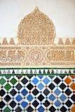 Glasade tegelplattor, azulejos, plasterwork, Alhambra slott i Granada, Spanien arkivfoto