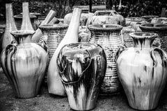 Glasade terrakottakrukor Arkivfoton