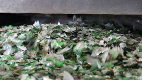 Glasafval in het recycling van faciliteit Glasdeeltjes in een machine stock videobeelden