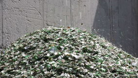 Glasafval in het recycling van faciliteit Stapel van flessen stock footage