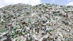 Glasafval in het recycling van faciliteit Stapel van flessen Gezoem uit stock footage