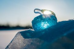 Glasappel op sneeuw. Stock Foto