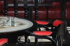 GlasAschenbecher auf einer Tabelle in der Stange Stockfotos