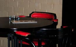 GlasAschenbecher auf einer Tabelle in der Stange Lizenzfreie Stockfotos