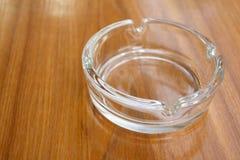Glasaschenbecher auf Tabelle Stockfotografie