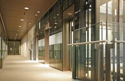 Glasaufzugvorhalle Stockbild