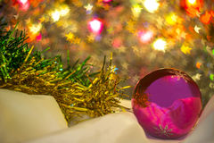 Glasbal met Kerstmisklatergoud Stock Foto