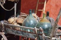 Glasballons, Korbflascheflaschen auf einem alten Warenkorb stockfotografie