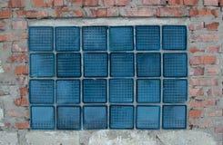 Glasbausteine auf einer alten Backsteinmauer Lizenzfreie Stockbilder