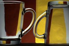 Glasbecher auf einem farbigen Hintergrund Stockfotografie