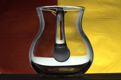 Glasbecher auf einem farbigen Hintergrund Lizenzfreies Stockbild