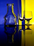 Glasbecher auf einem farbigen Hintergrund Stockfotos