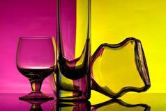 Glasbecher auf einem farbigen Hintergrund Stockbild