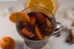 Glasbecher Glühwein mit Gewürzen Stockfotos