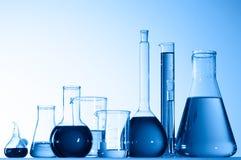 Glasbecher mit blauer Flüssigkeit Lizenzfreie Stockfotos