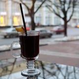 Glasbecher mit braunem, geschmackvollem, heißem, wohlriechendem, alkoholischem Glühwein mit einer Scheibe der Zitrone und einem S Lizenzfreies Stockfoto