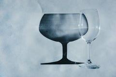 Glasbecher werfen schönen Schatten und schönen ätzenden Effekt, während Licht durch ein Glas am frühen Morgen überschreitet lizenzfreies stockbild