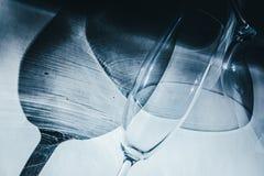Glasbecher werfen schönen Schatten und schönen ätzenden Effekt, während Licht durch ein Glas am frühen Morgen überschreitet stockbild