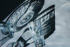 Glasbecher werfen schönen Schatten und schönen ätzenden Effekt, während Licht durch ein Glas am frühen Morgen überschreitet stockbilder