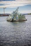Glasbeeldhouwwerk ligt zij dichtbij operahuis in Oslo, Noorwegen Stock Foto