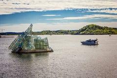 Glasbeeldhouwwerk ligt zij dichtbij operahuis in Oslo, Noorwegen Stock Foto's