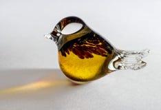 Glasbeeldje van een vogel Geel die glas met extra decoratieve elementen wordt gesoldeerd Royalty-vrije Stock Afbeelding