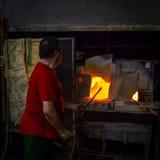 Glasbewerker in Murano, Venetië, Italië. royalty-vrije stock afbeelding