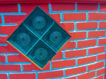 Glasblöcke auf dem Wandhintergrund des roten Backsteins Quadratischer Glasblock Stockfotos