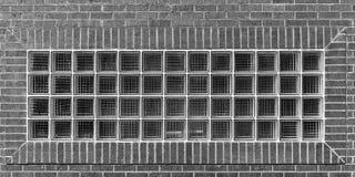 Glasblöcke in einer Backsteinmauer stockfoto