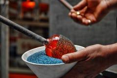 Glasblazer die fritte toepassen op gesmolten glas royalty-vrije stock afbeelding