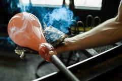 Glasblazer die met glas werken royalty-vrije stock fotografie