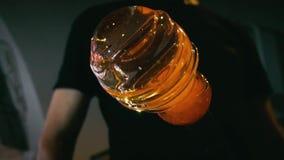 Glasblazer in zijn workshop die staaf met vloeibaar glas nemen en het draaien Close-up stock videobeelden