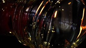 Glasblazer in zijn workshop die staaf met vloeibaar glas nemen en het draaien Close-up Langzame Motie stock videobeelden