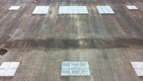 Glasblock auf der Betonmauer gefüllt mit Flecken Lizenzfreie Stockfotografie