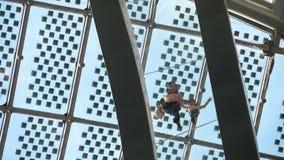 Glasbrücke innerhalb des Kugelgebäudes stock footage