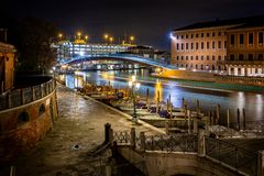 Glasbrug over Grand Canal bij nacht in Venetië, Italië royalty-vrije stock fotografie