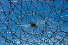 Glasdach des Gebäudes über blauem Himmel lizenzfreies stockfoto