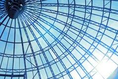 Glasdach mit blauem Himmel und Sonne Stockfotografie