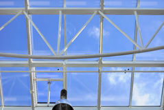 Glasdach mit Hintergrund des blauen Himmels Stockfotos