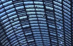 Glasdachspitze einer großen Bahnstation im blauen Schatten Lizenzfreie Stockfotografie
