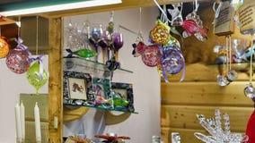 Glasdekorationen, die für den Verkauf am Riga-Weihnachtsmarkt Lettland hängen Stockbild