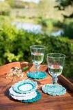 Glasdrinkbekers met Water op Gebreide Wollen Onderleggers voor glazen Royalty-vrije Stock Afbeeldingen