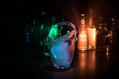 Glaseiseimer auf unscharfem Alkohol füllt Hintergrund mit Lichtern und Rauche ab Verein trinkt Konzept Vereinbarschreibtisch Serv Lizenzfreies Stockbild