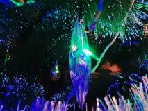 Glaseiszapfen wird mit hellen Girlanden belichtet Lizenzfreie Stockbilder