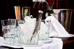 Glasemmer met ijsblokjes op de bar royalty-vrije stock foto