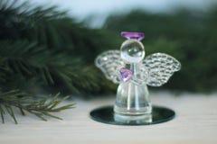 Glasengelsdekoration und Weihnachtsbaumast Stockfotografie