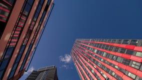 Glasentwurfs-Wolkenkratzer stock video
