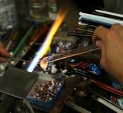 Glaser arbeitet mit heißer Flamme Stockbild