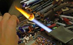 Glaser arbeitet mit heißer Flamme in der Werkstatt in Italien Lizenzfreie Stockbilder