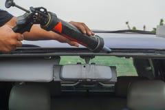 Glaser, der die Werkzeuge reparieren, um Sprung gebrochene Windschutzscheibe zu reparieren verwendet stockbilder